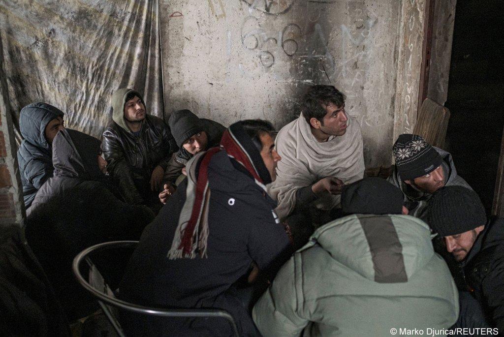 مهاجران گیرمانده در یکی از تعمیرهای مخروبه در بوسنیا Photo: Marko Djurica/Reuters