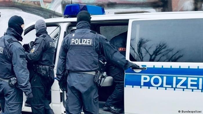 بحسب بيانات الشرطة، هناك ثمانية مشتبه بهم ألمان وفيتناميين رئيسيين تتراوح أعمارهم بين 34 و 64 عاما وثلاثة داعمين آخرين. (صورة من الأرشيف)