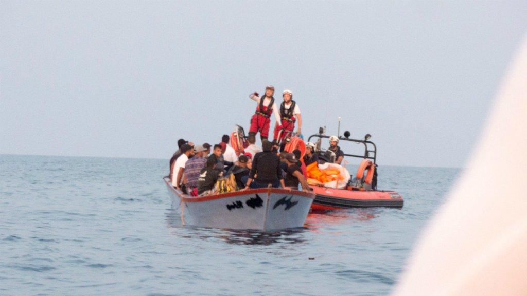 """كان المهاجرون الـ 36 الذين أنقذتهم """"أوشن فايكنغ"""" يوم الخميس 19 أيلول/سبتمبر يواجهون صعوبات على متن قارب خشبي صغير في المتوسط. المصدر: حساب """"أس أو أس ميديتيرانيه"""" على تويتر"""