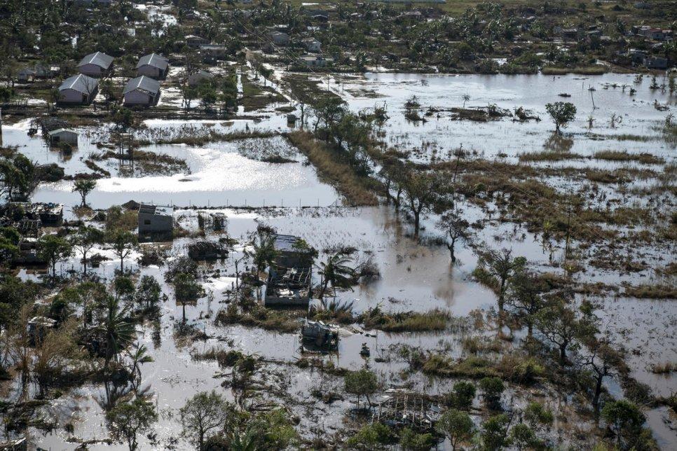 Vue aérienne de la ville de Beira, au Mozambique, montrant des inondations après le passage du cyclone Idai en mars 2019. Crédit : HCR / Alissa Everett