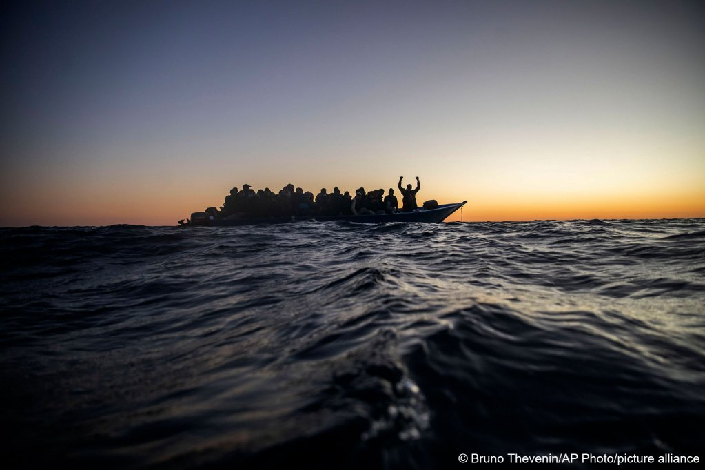مهاجرون على متن زورق مطاطي مكتظ في البحر الأبيض المتوسط ينتظرون إنقاذهم من قبل Open Arms