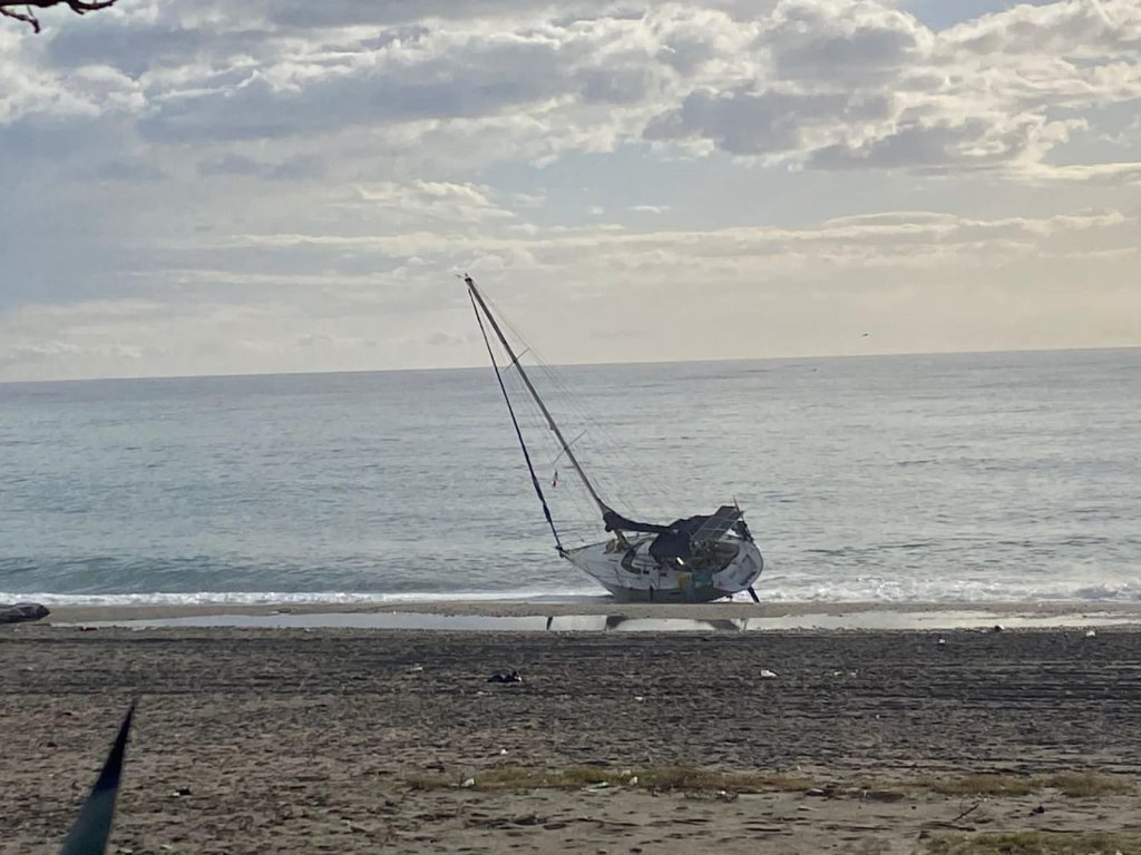 A sailboat used to transport migrants stranded on a beach in Calabria | Photo: Antonello Lupis / SGH