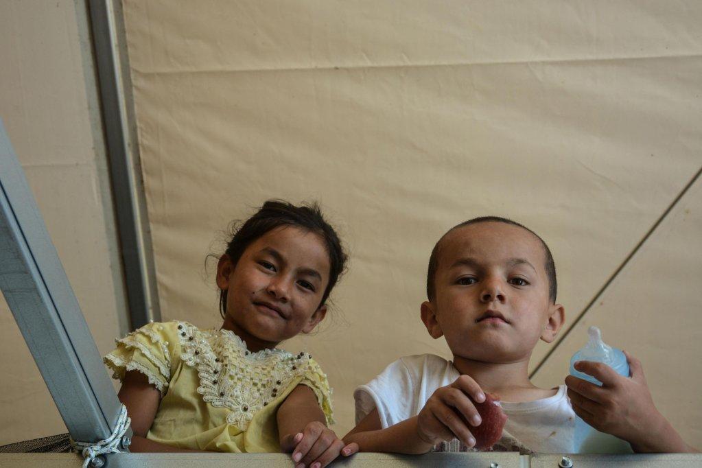 أطفال يجلسون في حاويات بمركز تحديد الهوية في مخيم موريا بجزيرة ليسبوس اليونانية. المصدر: إي بي إيه/ بانايوتيس بالاسكا.