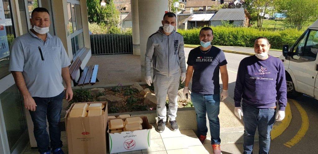 Abdul Rahman Ajaj, un réfugié syrien vivant en Normandie, a eu l'idée de rassembler douze familles de réfugiés pour cuisiner des plats pour des soignants. Credit : DR