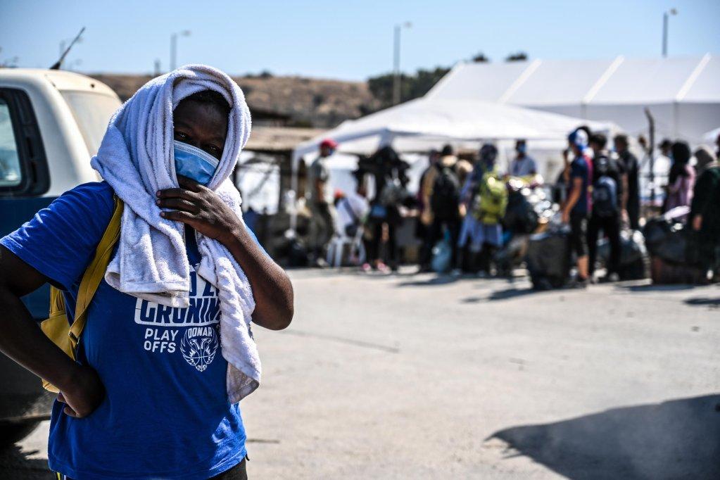 طالبو لجوء ينتظرون إلى جانب متعلقاتهم في وقت كان فيه مهاجرون من مخيم موريا المدمر في انتظار الدخول للمخيم الجديد في ليسبوس. المصدر: إي بي إيه/ إيفانغيليس بابانتونويس.