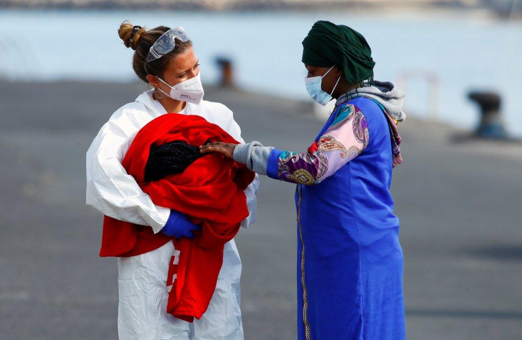 Un bébé est né sur une embarcation de fortune au large des Canaries, jeudi 29 avril 2021. Crédit : Reuters