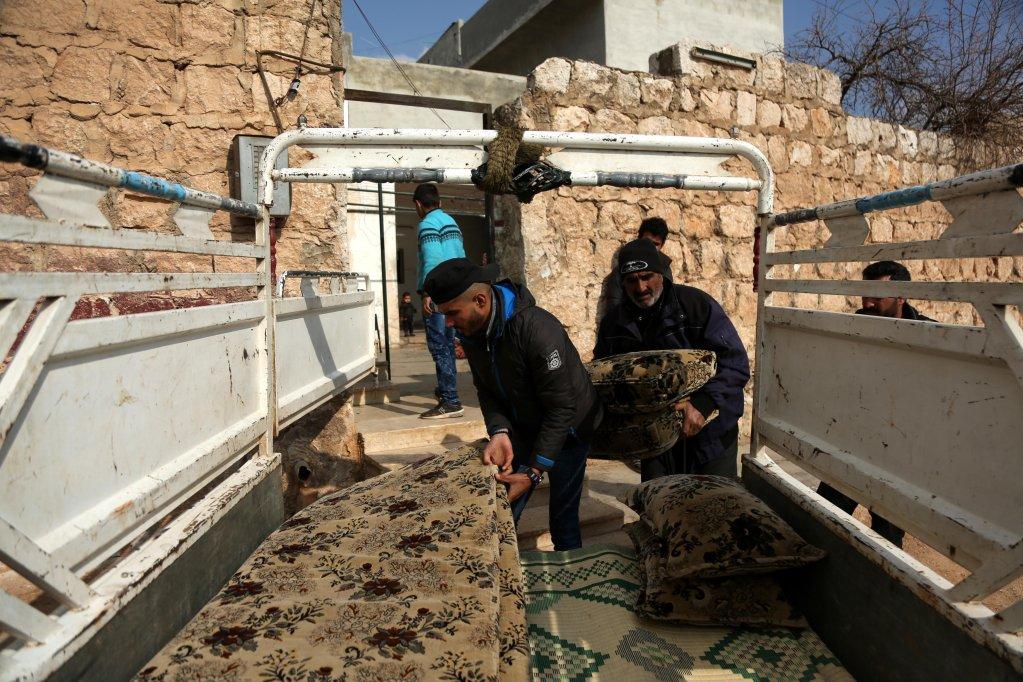 ANSA / نازحون يحملون متعلقاتهم خلال فرارهم من القتال بين القوات الحكومية والمتمردين في مدينة سراقب قرب إدلب، سوريا، يوم 28 كانون الثاني / يناير. المصدر / إي بي إي / يحي نعمة