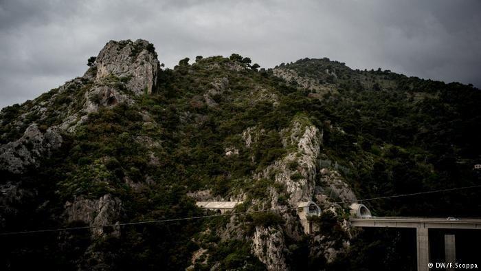 منطقه کوهستانی مانتون، در مرز فرانسه و ایتالیا، یکی از گذرگاههای مهاجران غیرقانونی به شمار میرود.  عکس از دویچه وله
