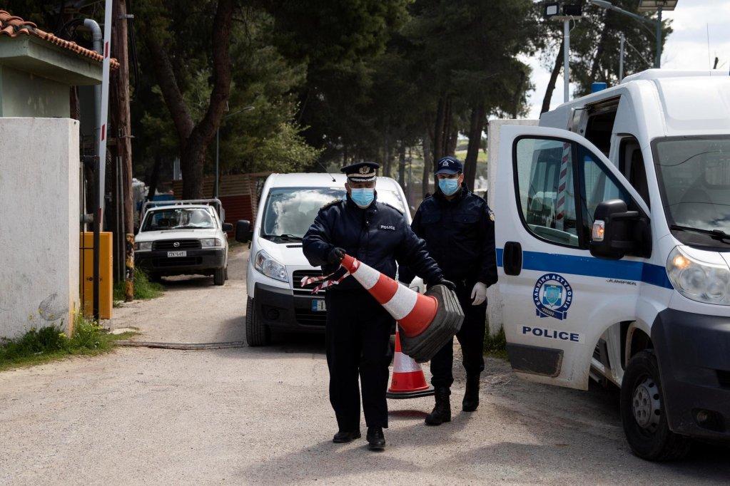 REUTERS/Alkis Konstantinidis |Des policiers à l'entrée du camp de Ritsona après la découverte d'une vingtaine de cas de coronavirus, jeudi 2 avril.