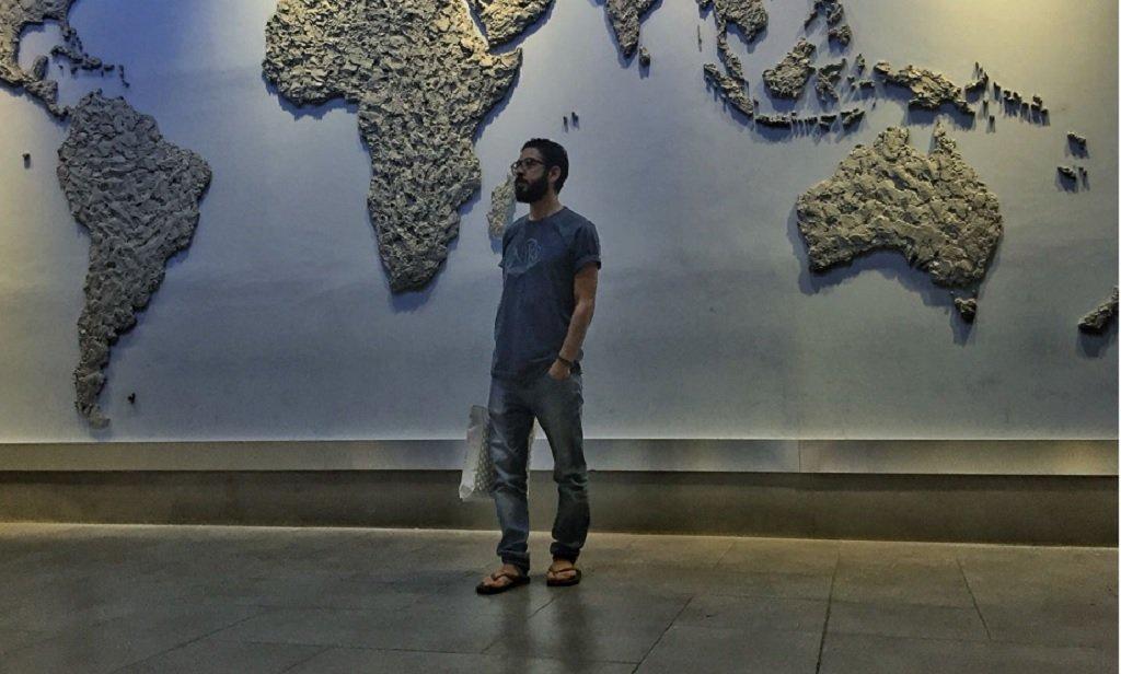 المهاجر السوري حسان القنطار في مطار العاصمة الماليزية. الصورة مأخوذة من حساب حسان القنطار على تويتر