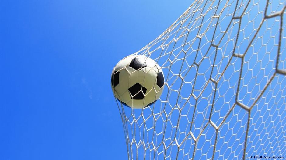 عکس از دویچه وله/ برگزاری مسابقات فوتبال میان پناهجویان به هدف ادغام موفق آنان صورت میگیرد.