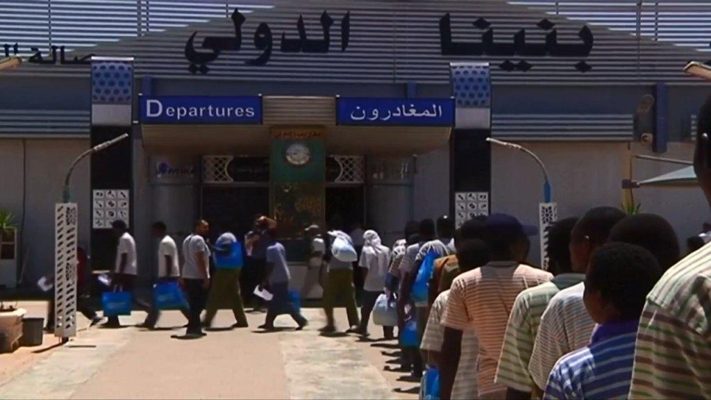 ترحيل سودانيين من بنغازي إلى ليبيا. الصورة ملتقطة من فيديو/رويترز