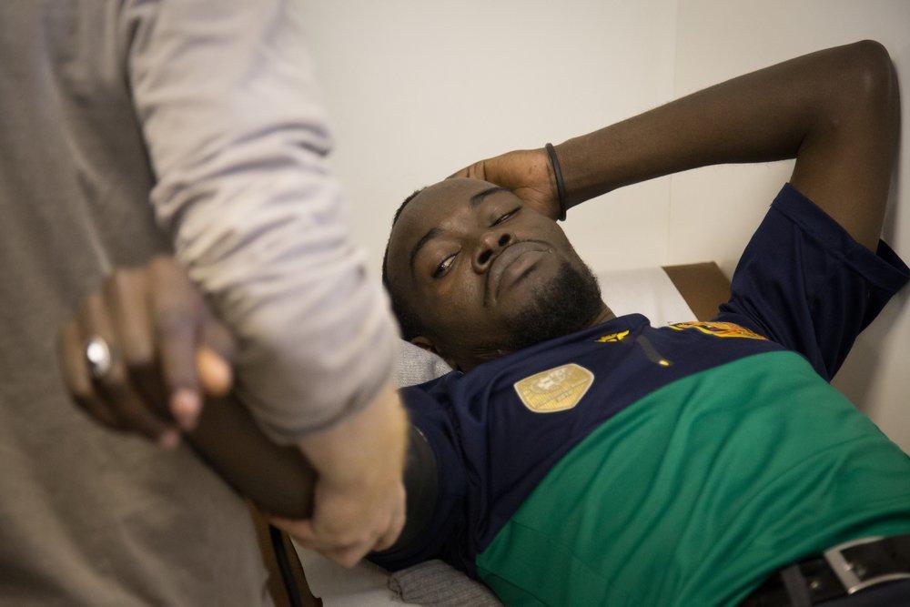 Un migrant soigné par la clinique mobile de Médecins Sans Frontières à Paris en 2017. Crédit : MSF