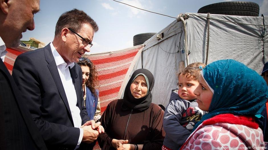 گیرد مولر، وزیرانکشاف و همکاری های اقتصادی آلمان در حال بازدید از یک کمپ مهاجران