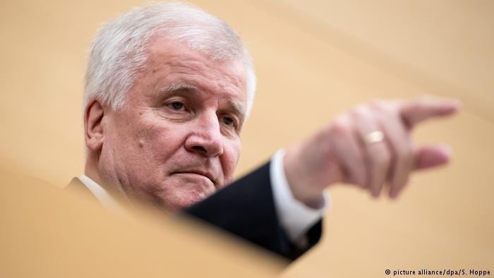 """وزير الداخلية الألماني يثير الجدل من جديد من خلال """"قانون العودة المنظمة"""""""