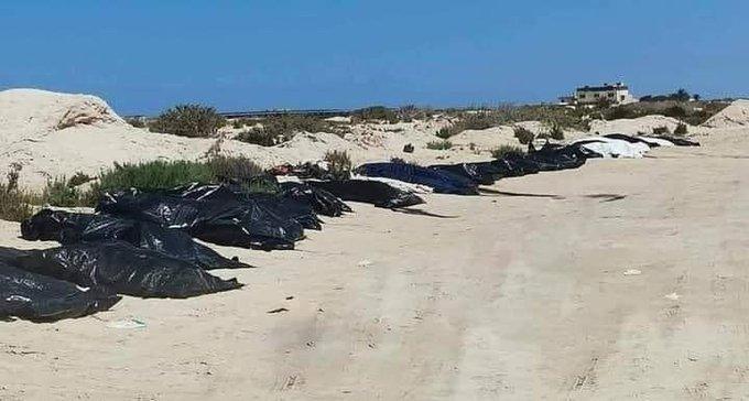 اجساد ۲۲ مهاجر که توسط سازمان هلال احمر لیبیا در سواحل زواره  از آب بیرون کشیده شدهاند. عکس از سازمان بین المللی مهاجرت