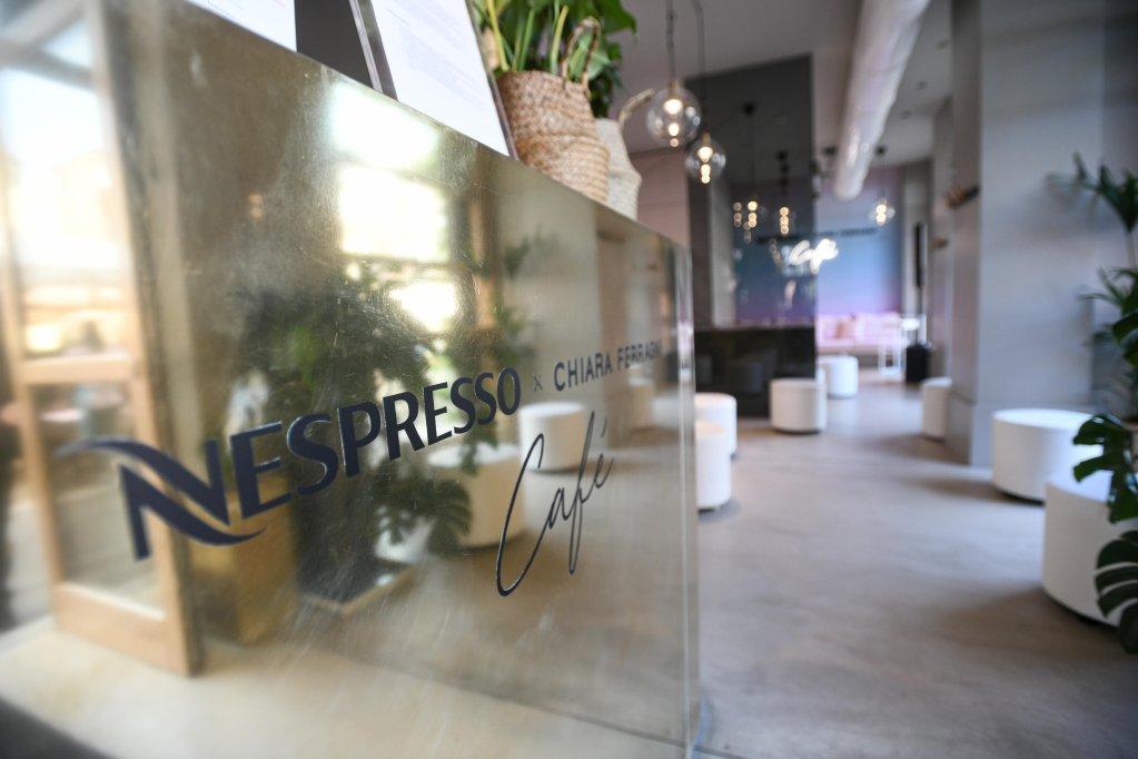 مقهي نسبريسو الذي تم تدشينه بالتعاون مع رائدة الأعمال والمدونة كيارا فراني في ميلانون في 9 حزيران/ يونيو 2021. المصدر: أنسا/ ماتيو باتسي.