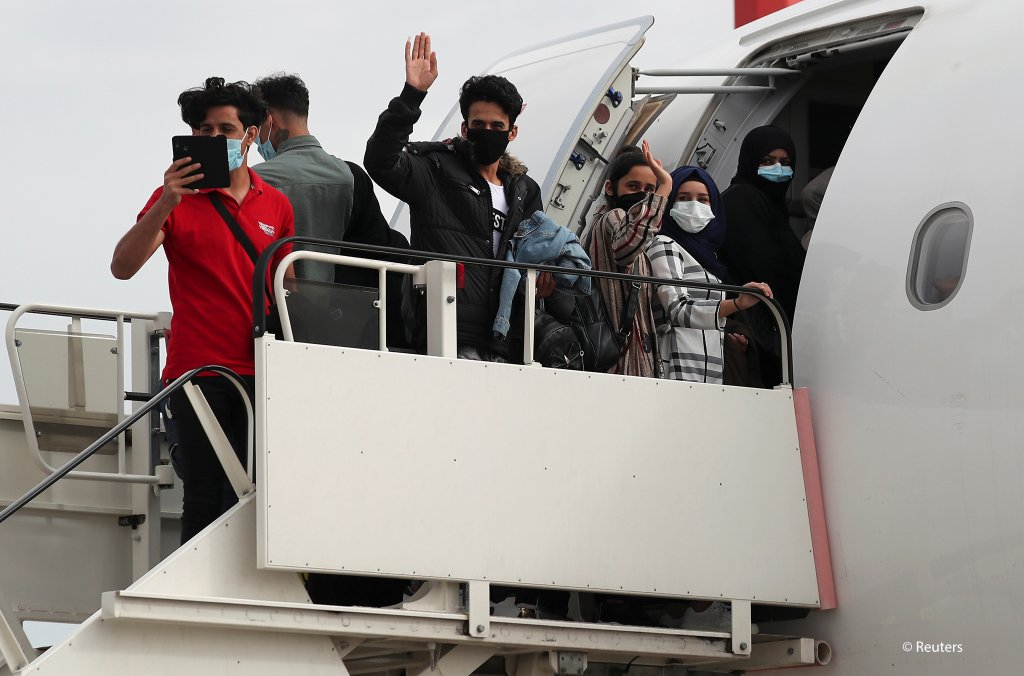 The migrants who will be transferred to Britain had to wear protective face masks as a precaution against COVID-19, as they boarded their flight | Photo: REUTERS/Alkis Konstantinidis