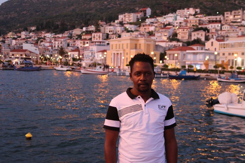 سیدی بادی، مهاجر گامبیایی ٣١ ساله، بعد از یک سفر پنج ساله، در اکتوبر سال ٢٠١٩ وارد جزیره ساموس در یونان شد. عکس از ریمی کارلیه/ مهاجر نیوز.