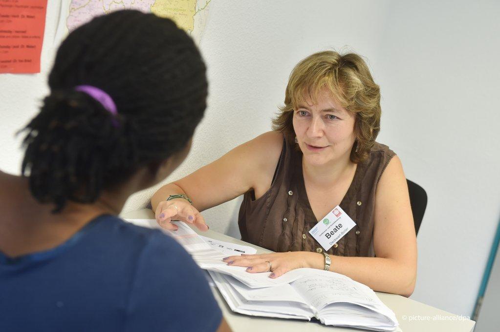 عکس از (picture alliance) یک اداره مسئول ارزیابی مدارک تحصیلات عالی و شغلی پناهجویان را به عهده دارد.