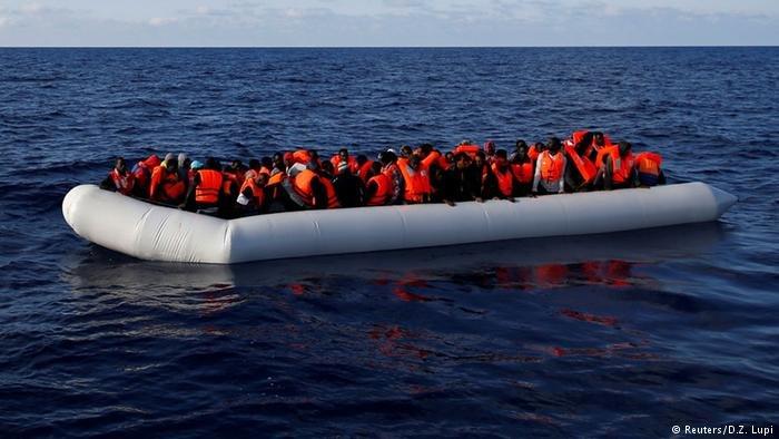 صورة من الأرشيف لقارب ينقل مهاجرين في البحر المتوسط