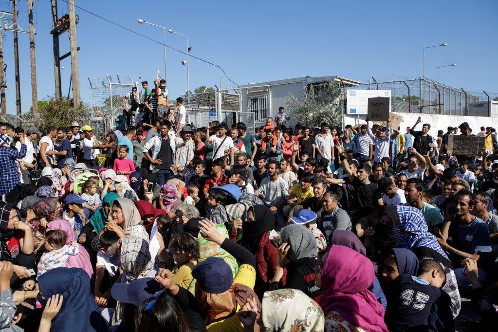 مهاجران ساکن کمپ موریا روز سه شنبه ١ اکتبر در اعتراض به وضعیت رقت بار داخل کمپ، تظاهرات کردند. عکس از الیاس مارکو/ رویترز