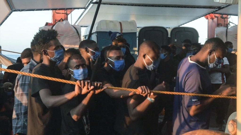 """صورة من شريط فيديو، قدمته منظمة """"سي ووتش 4"""" غير الحكومية، تظهر مهاجرين تم إنقاذهم يتوجهون إلى باليرمو في إيطاليا. المصدر: أنسا."""