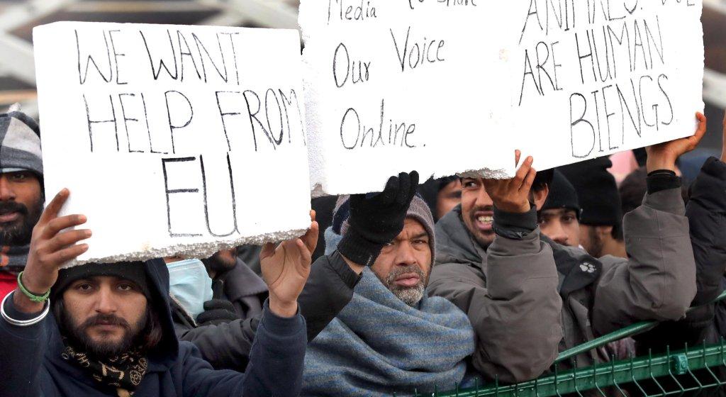 مهاجرون يحتجون على تردي الظروف المعيشية في مخيم ليبا في بيهاتش بالبوسنة والهرسك. المصدر: إي بي إيه / فهيم دامير.