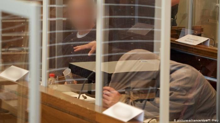 picture-alliance/dpa/T. Frey |صورة من محاكمة سوريين متهمين بجرائم حرب في مدينة كوبلنز الألمانية (23 أبريل / نيسان 2020)