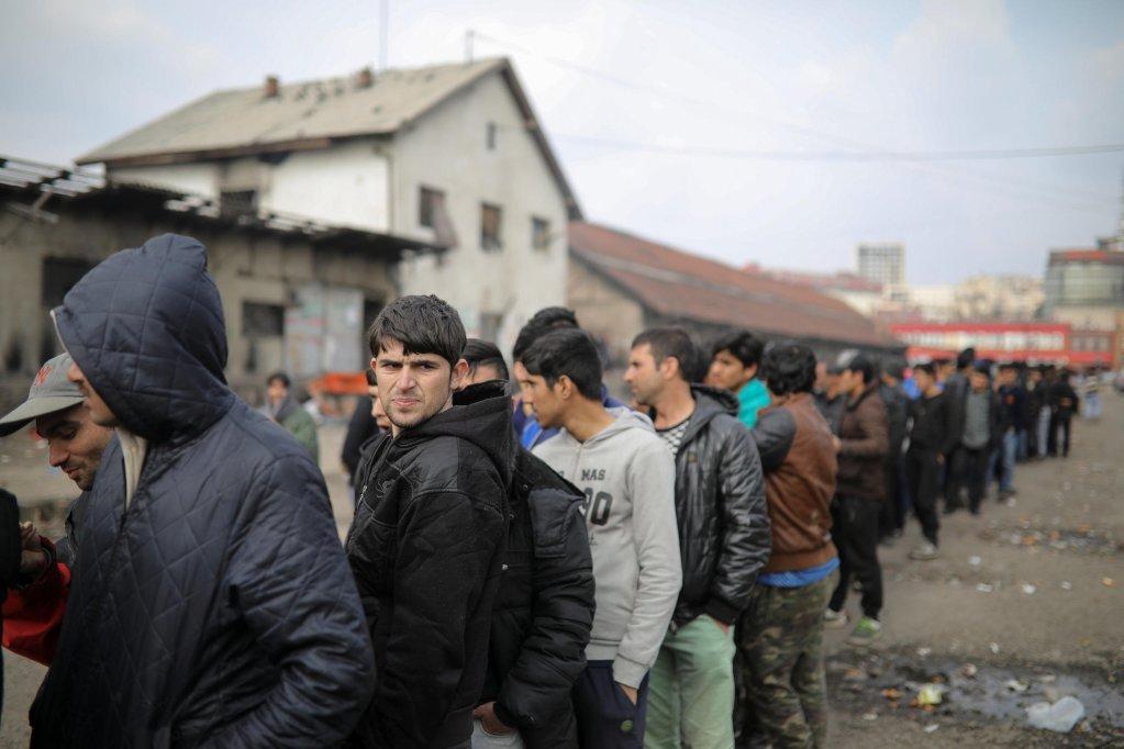 © REUTERS/Marko Djurica  Des migrants attendent une distribution alimentaire gratuite près d'un hangar à Belgrade en Serbie, le 16 mars 2017.