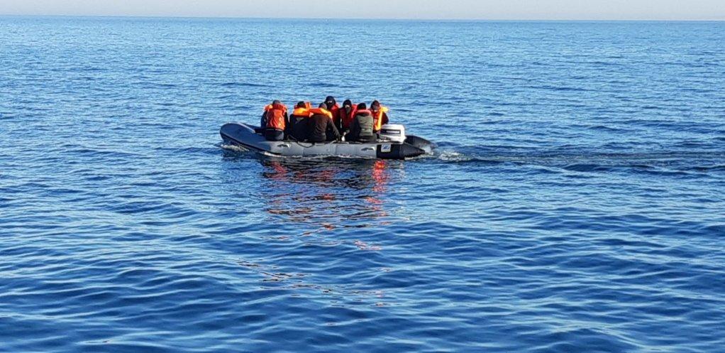 Neuf migrants interceptés en février 2019 alors qu'ils tentaient de rallier la Grande-Bretagne sur un canot pneumatique. Crédit : Préfet maritime Manche - mer du Nord, Twitter @premarmanche