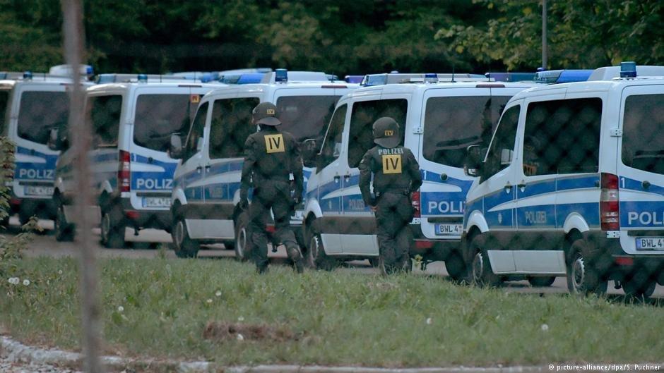 پولیس قصد داشت یک مهاجر ۲۳ ساله از کشور توگو را توقیف  کند