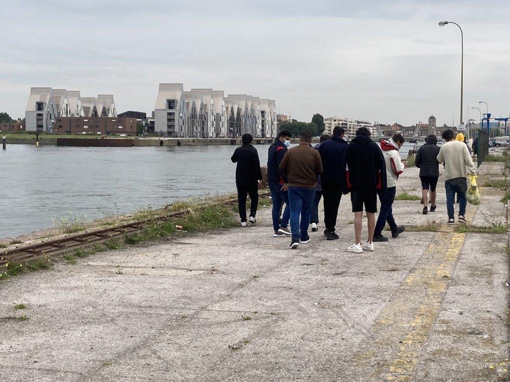 Des migrants rescapés du naufrage du jeudi 12 août 2021, au port de Dunkerque. Crédit : Utopia 56