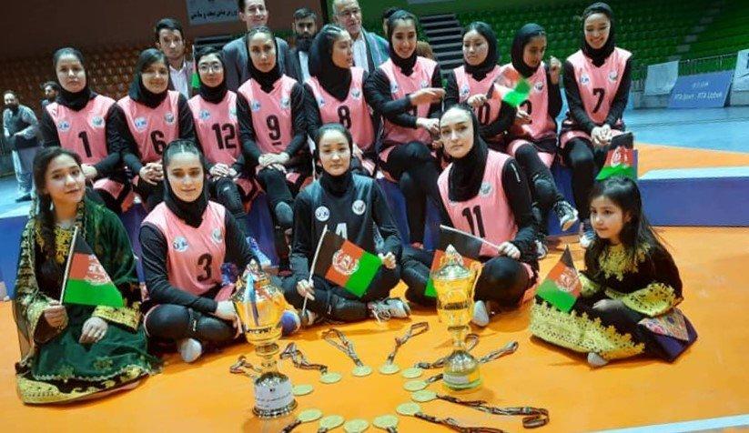 تیم آریانا از مهاجران زن افغان مقیم ایران در مسابقات والیبال کابل پیروز شدند. عکس: کمیته ملی المپیک افغانستان