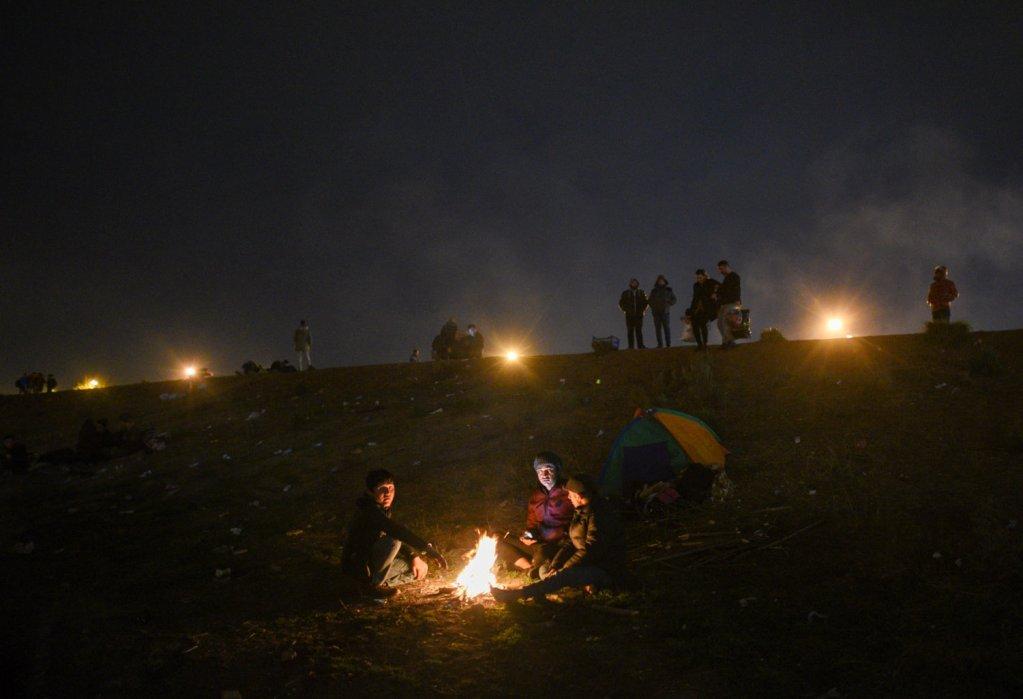 مهاجرون قرب معبر بازاركولي الحدودي بين تركيا اليونان. الصورة: مهدي شبيل