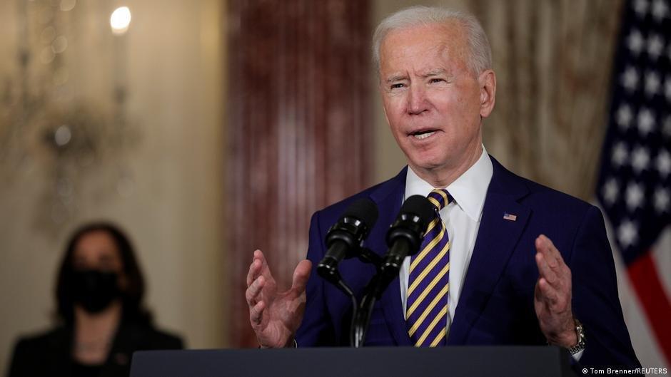 رئیس جمهور جو بایدن در هنگام سخنرانی اش در مورد خط مشی سیاست خارجی اش در وزارت خارجه در واشنگتن (۴ فبروری ۲۰۲۱)