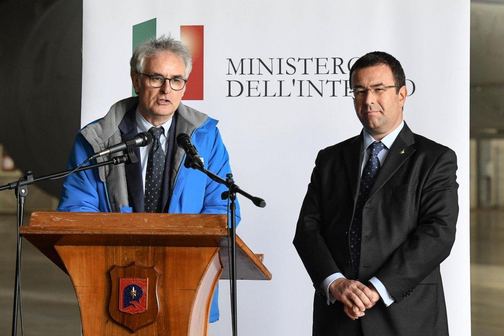 ANSA / وكيل وزارة الداخلية الإيطالية ستيفانو كاندياني (إلى اليمين) ورولاند شيلنغ الممثل الإقليمي لمفوضية اللاجئين في جنوب أوروبا خلال مؤتمر صحفي في روما. المصدر: أنسا/ أليساندرو دي ميو.