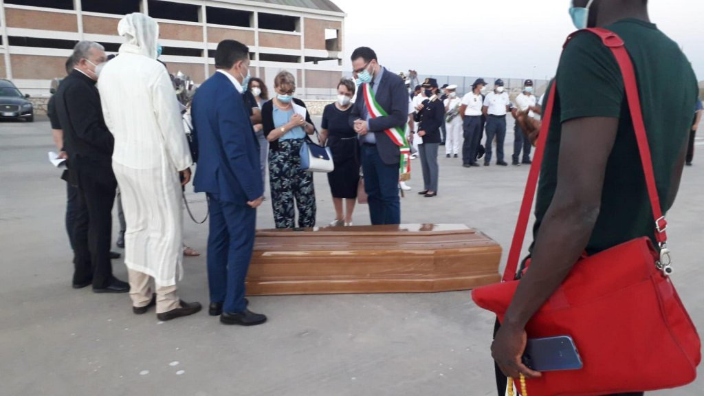 نعوش عدد من ضحايا غرق سفينة في 30 حزيران/ يونيو الماضي بالقرب من لامبيدوزا. المصدر: أنسا/ فرانشيسكو تيراسينا.
