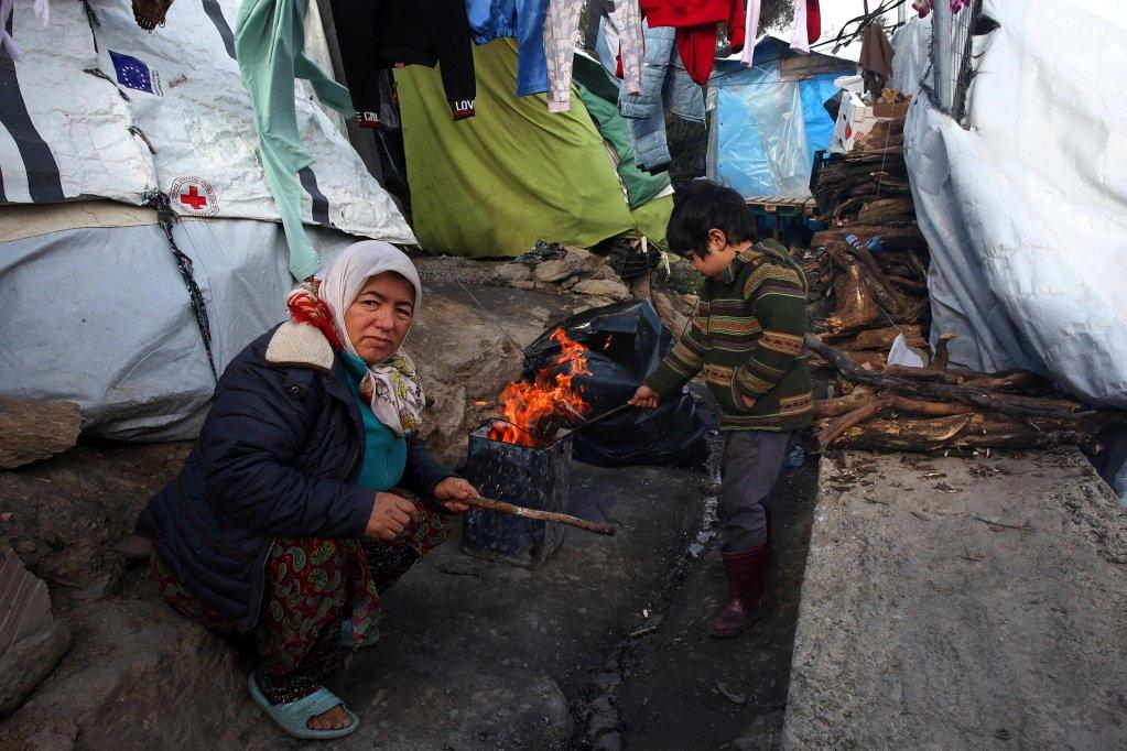 ANSA / امرأة وطفل يحاولان الحصول على الدفء خارج خيمتهما في مخيم موريا بجزيرة ليسبوس اليونانية. المصدر: إي بي إيه/ أورسيتس بانايوتو.