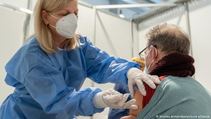 أرشيف: عمليات التطعيم ضد فيروس كورونا. المصدر:picture-alliance/N. Armer