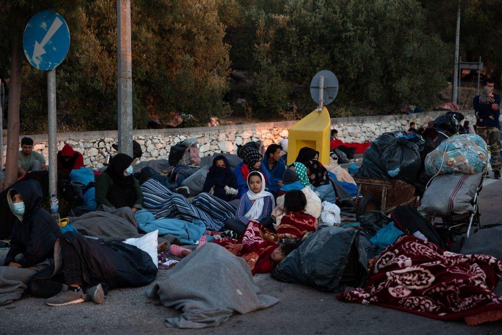 پناهجویان بی سرپناه، روی جاده های جزیره لیسبوس شب و روز میگذرانند