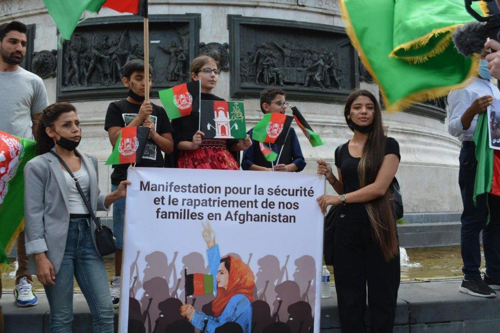 د پاریس په ربلیک میدان کې د افغانانو لاریون. ۲۲ اګست ۲۰۲۱. انځور: کډوال نیوز
