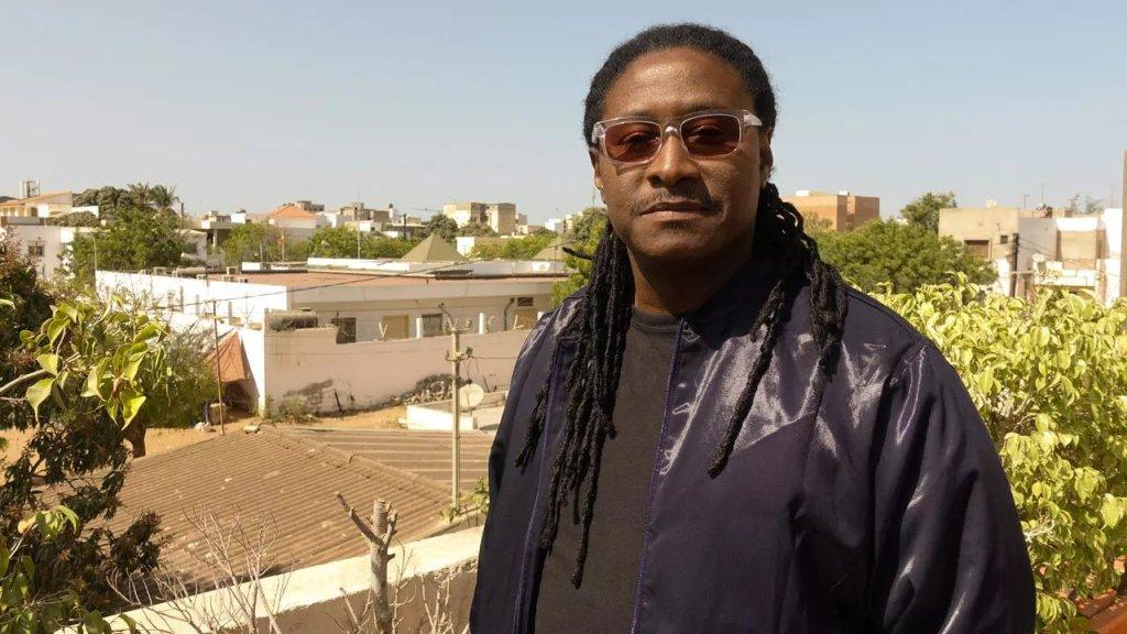Didier Awadi chez lui sur la terrasse de son studio, à Dakar. Crédit : RFI