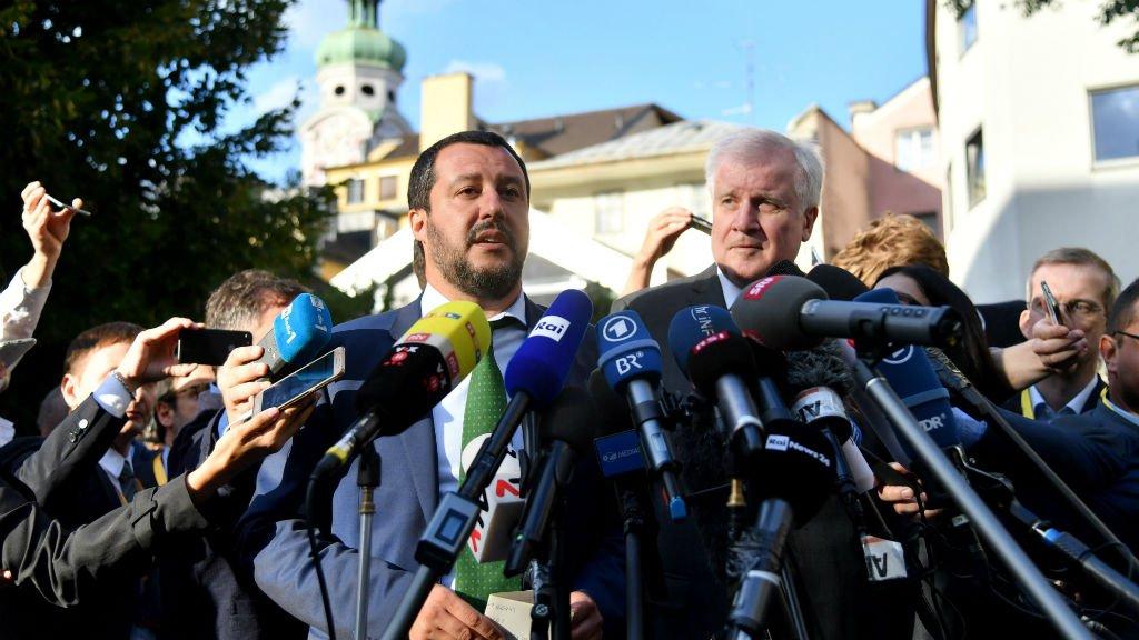 وزير الداخلية الألماني هورست زيهوفر (على اليمين) مع وزير الداخلية الإيطالي ماتيو سالفيني