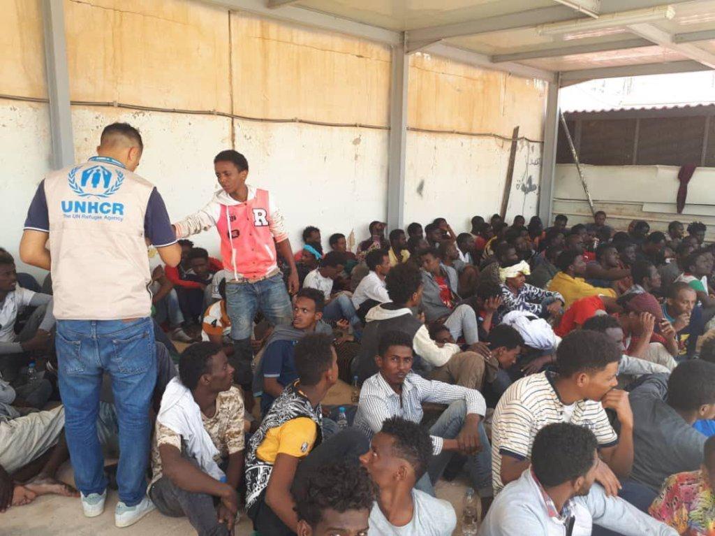 ANSA / موظفو المفوضية العليا للاجئين يساعدون المهاجرين في طرابلس الذين نجوا من غرق سفينتهم بالقرب من السواحل الليبية. المصدر: أنسا / المفوضية العليا للاجئين.