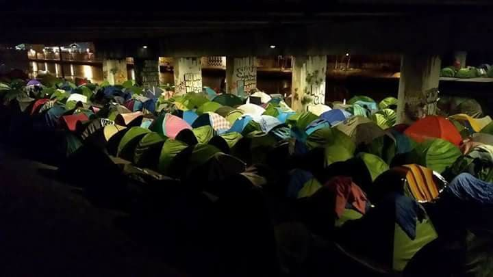مخيم بورت دو لا فيليت شمال باريس خلال الفترة المسائية. الصورة أرسلها لنا أحد المهاجرين الذين يسكنون في المخيم