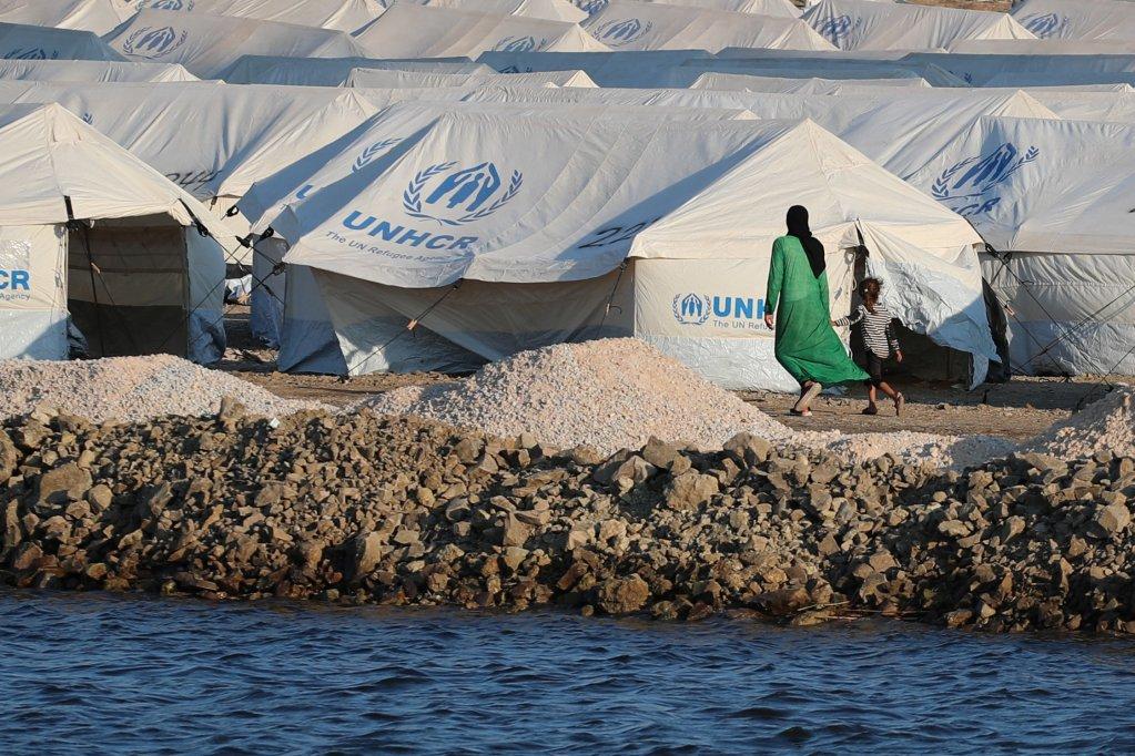 به گفته مقامهای یونانی حدود ۸۰۰ مهاجر آواره کمپ موریا در  کمپ جدید جابجا شدهاند. عکس از رویترز