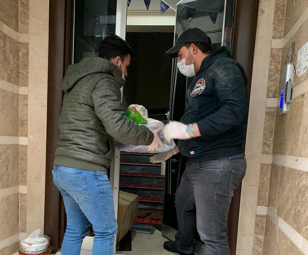 """شبان من مبادرة """"متطوعون لأجلكم"""" يقومون بإيصال مساعدات لإحدى العائلات. الصورة أرسلها لنا محي الدين رضا"""