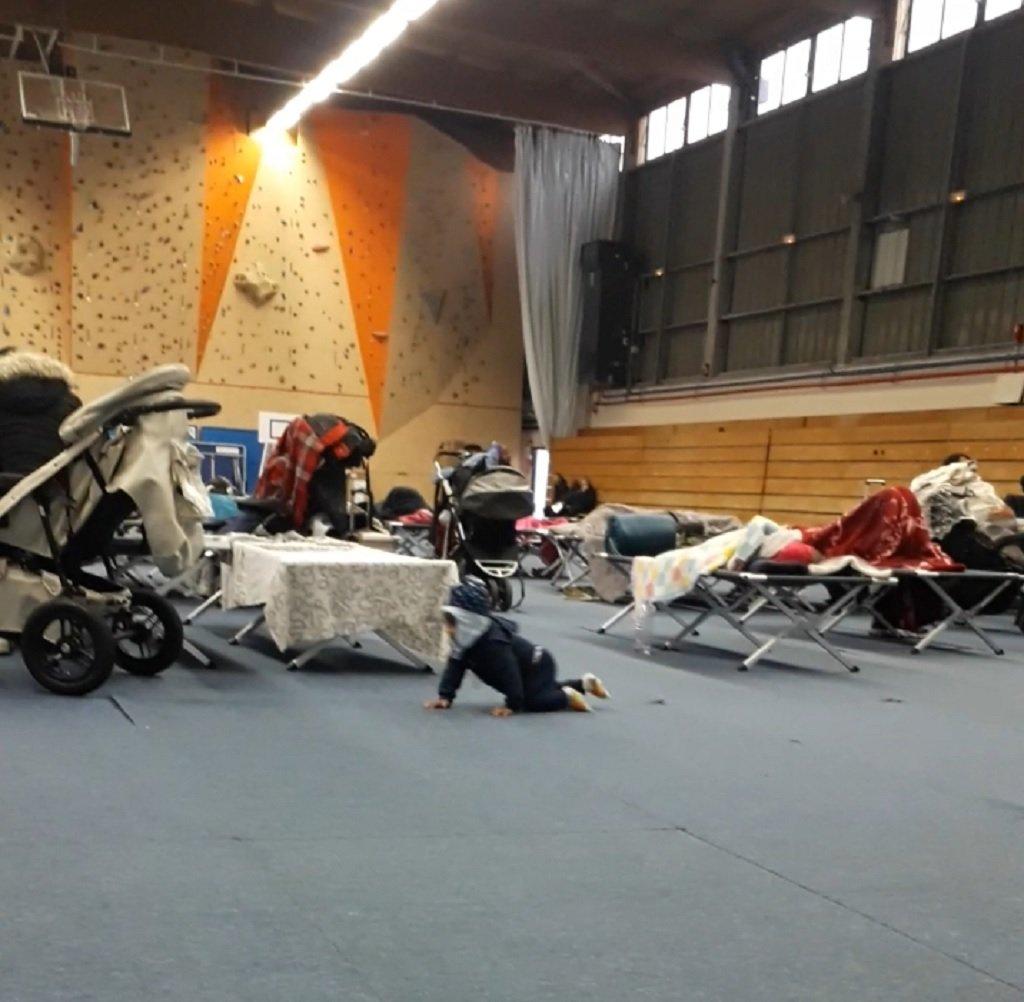 قاعة رياضية في بلدة سارسيل شمال باريس تم تحويلها لمركز إيواء ظرفي لمهاجرين تم إخلاؤهم من مخيمات عشوائية شمال باريس. الحقوق محفوظة