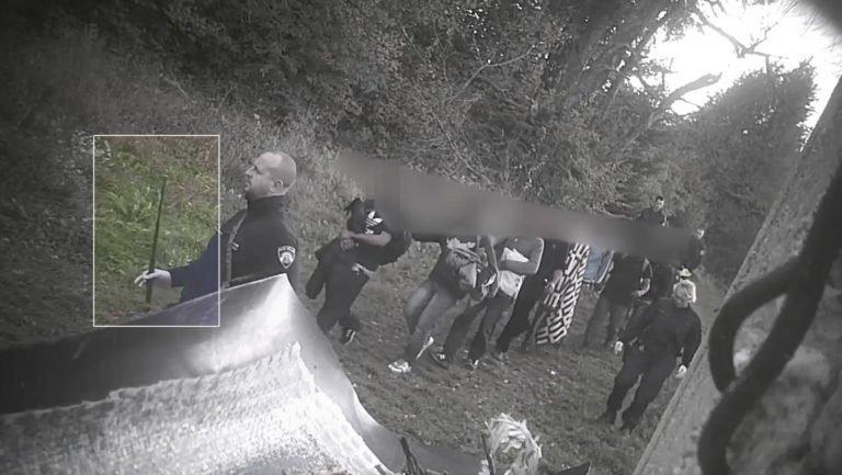 تصویری از ماموران کرواسیا که با استفاده از باتوم مهاجران را به بوسنی به عقب می رانند. این تصویر توسط یک کمره مخفی گرفته شده است. اکتبر سال ۲۰۱۸/ Border Violence Monitoring Network